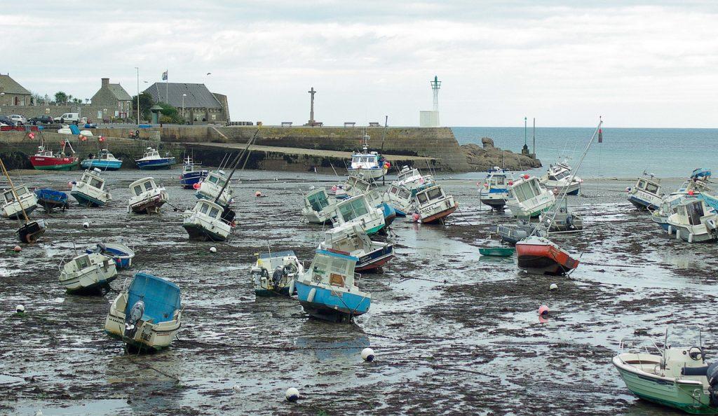 Le port de Barfleur a marée basse, témoin de grands évènements mais aussi de grande pollution.